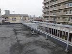 屋上の柵をグレーからスカイブルーに塗り替え