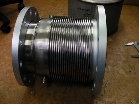 紛体の配管に使われる違径フランジ付ベローズ伸縮管