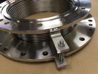 軸方向伸縮と軸直角方向の変位を吸収する面間115mmの300Aベローズ伸縮管